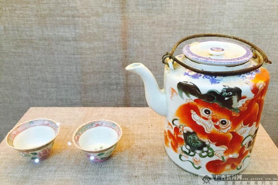 清代手绘茶壶和粉彩花开富贵茶杯.广西新闻网记者   摄 -2016年中国