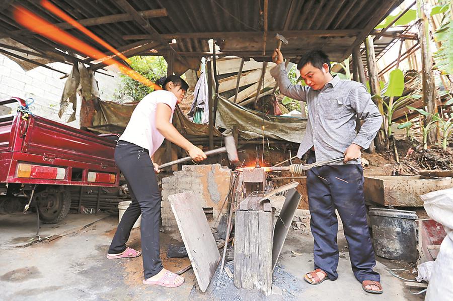 传承千年古老行当渐被遗忘 80后铁匠把手艺传承