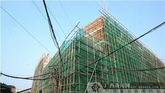 """南宁施工建筑""""头顶""""110KV高压电线 最短距离有1.7米"""