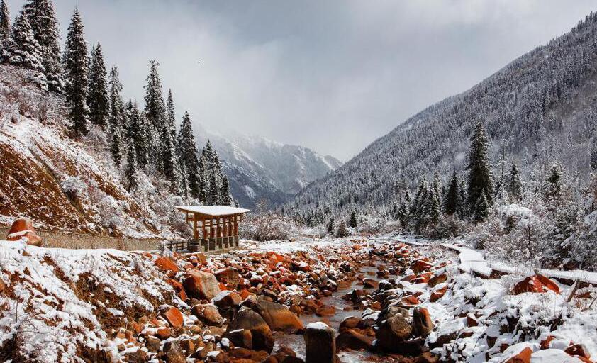达古冰山降雪 风景美如画