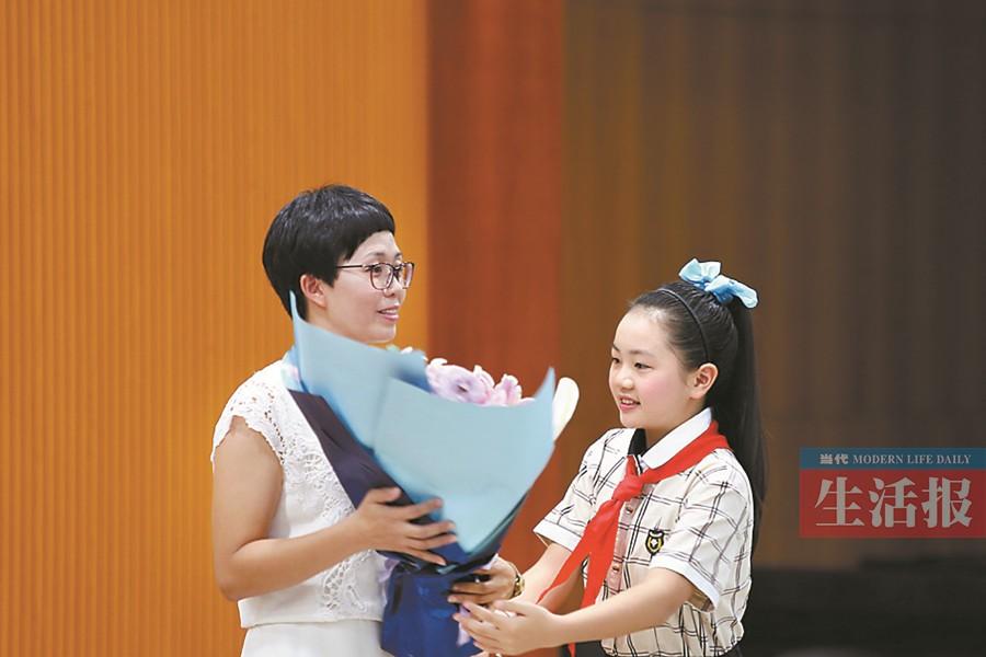 """大爱大美诠释师德 涠洲岛""""七仙女""""是孩子们的灯塔"""