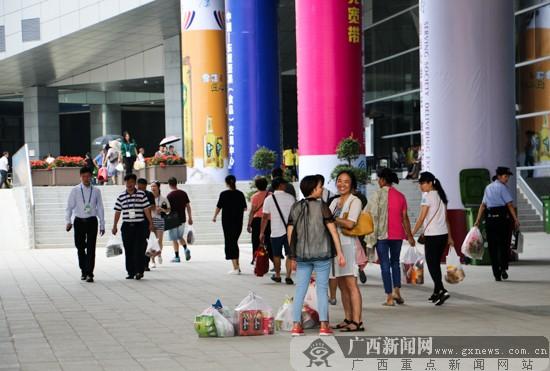 东博会参展商寻商机  人流如织欢乐购物(组图)