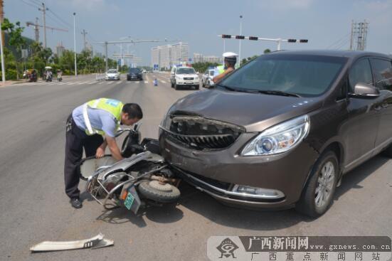 险!小电驴撞红灯被撞飞 车上两人逃过一劫
