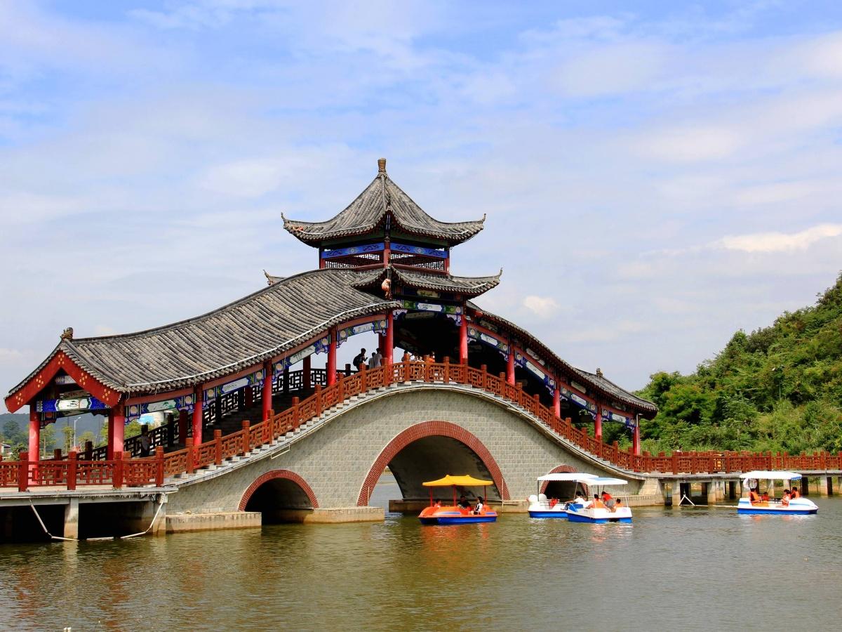 罗城:国庆长假首日迎来旅游热(组图)