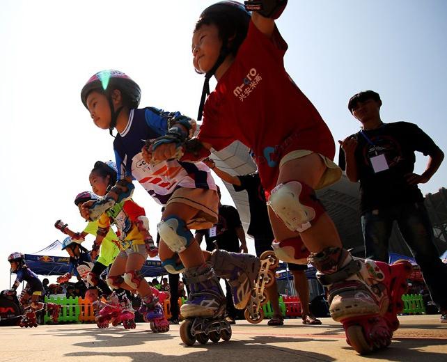 欢乐运动过国庆 400少儿竞逐广西轮滑锦标赛赛场