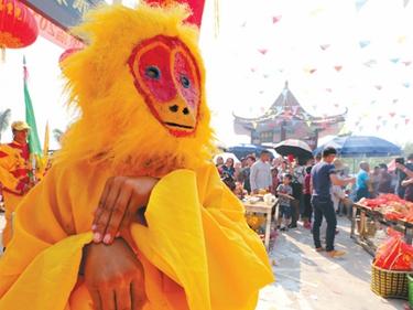 高清:游客在南宁市刘圩镇逛那僚庙庙会 品民俗