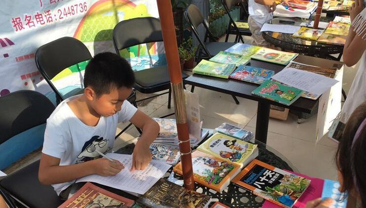 高清:交换心爱的图书 分享阅读的乐趣