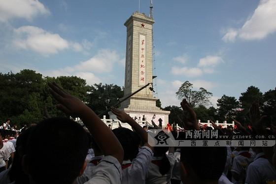南宁市民主路小学参加纪念烈士公祭活动