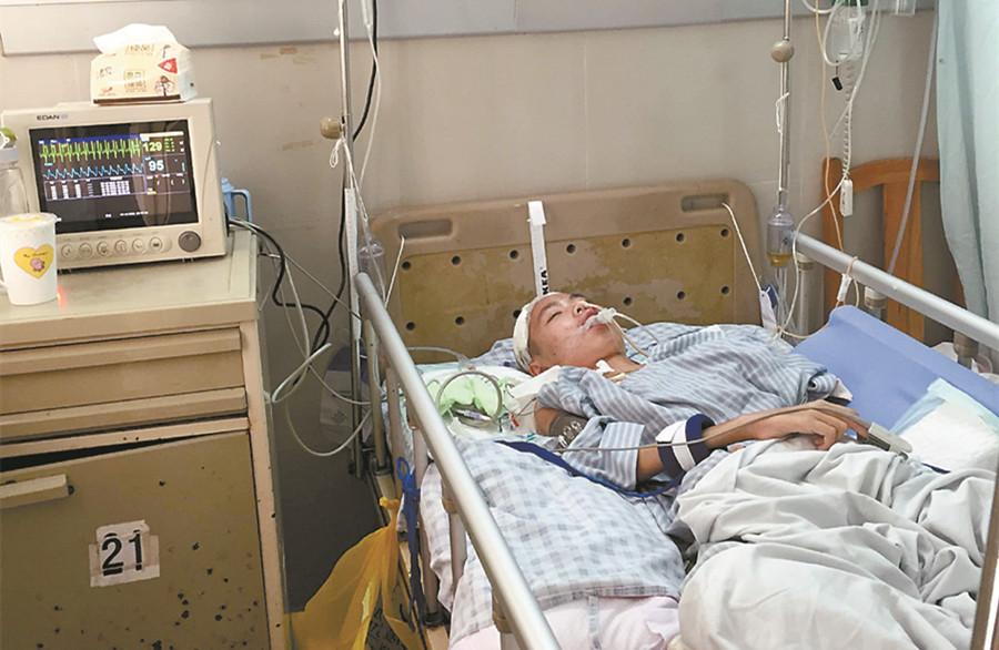10月25日焦点图:有爱少年被病魔击倒 谁能帮帮他