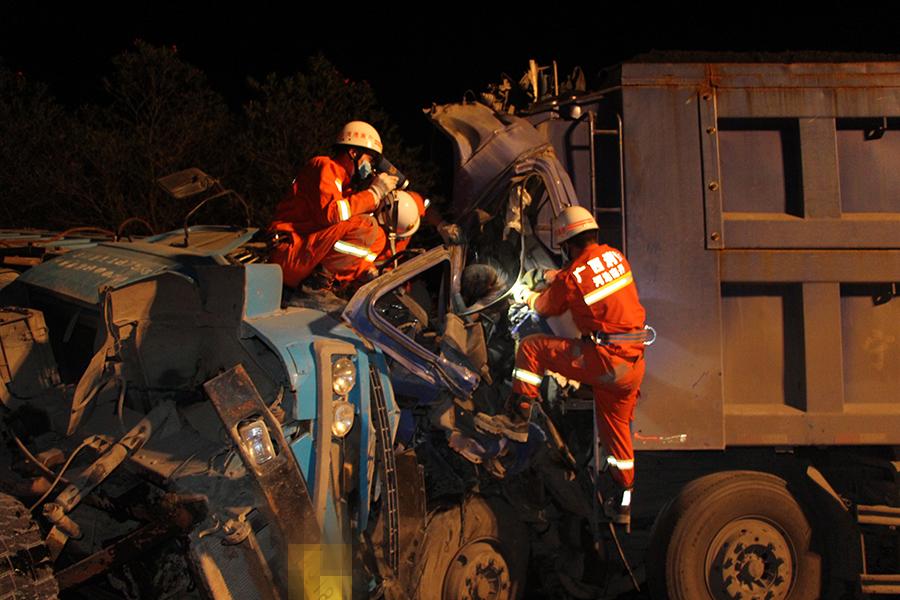 高清:两货车迎面相撞 两人死亡
