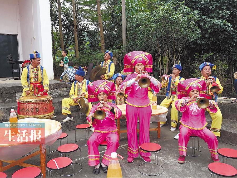 南宁:1000多名游客体验民俗 好吃好玩百家宴(图)