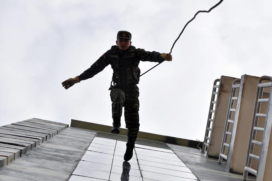 高清:武警特战队员高楼攀登如飞檐走壁