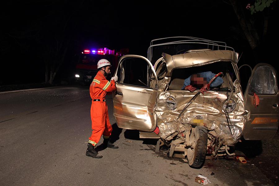 高清:三轮摩托车与货车相撞 司机重伤被困驾驶室