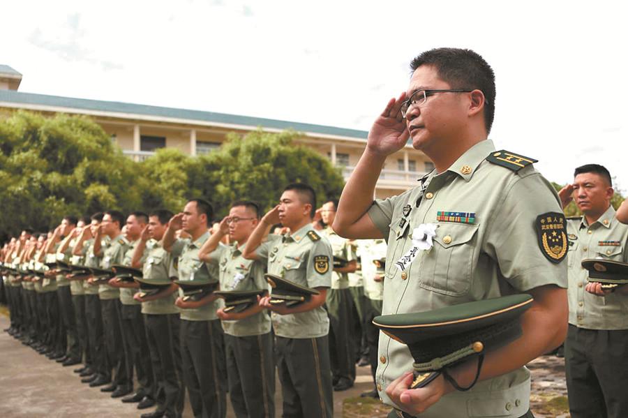 骆春伟遗体告别仪式在北海举行 数千军民泪别英雄