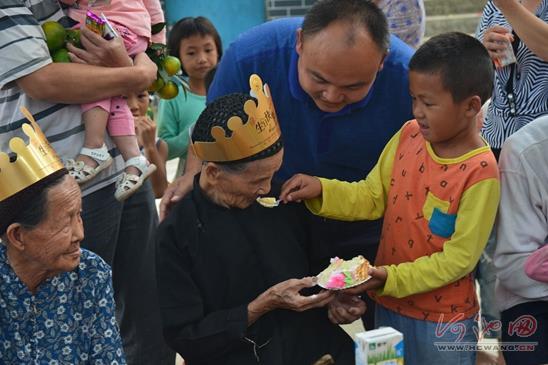 金城江社区老人重阳共赴长桌宴