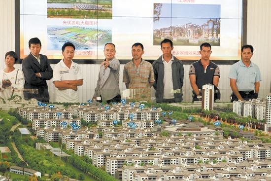 木山乡组织扶贫移民搬迁意向户代表参观县城安置点