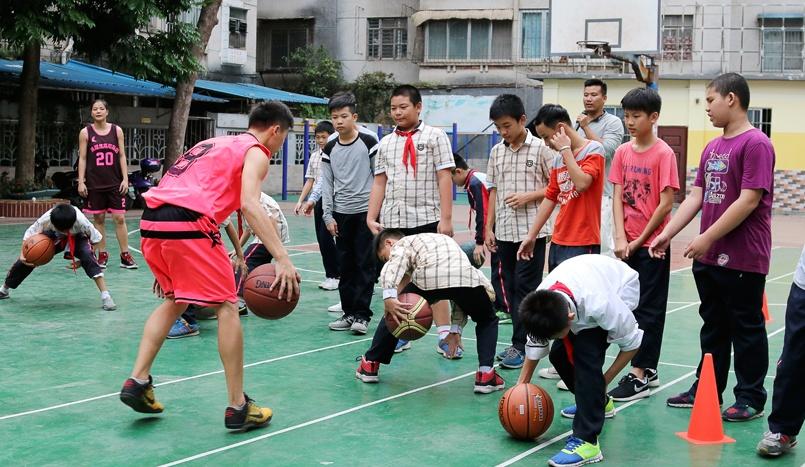 体育进校园:赵剑华劳义马欢欢走进南宁共和路小学