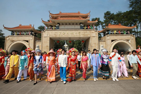 民族团结进教材 广西民大53个民族学生亲如一家