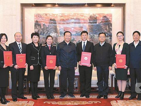 广西8户人家获评全国文明家庭 彭清华陈武看望