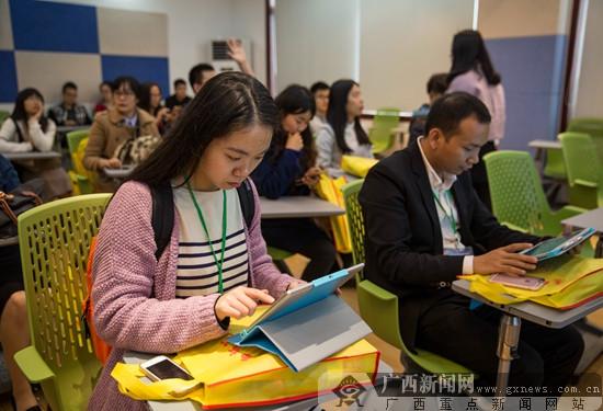 """相约""""未来云教室"""" 网媒记者体验智能互动课堂"""