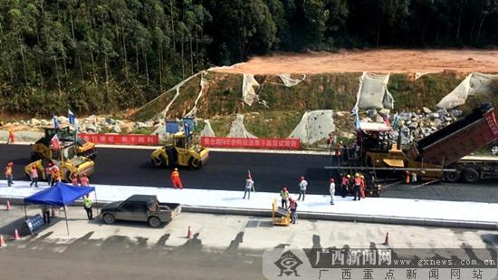 贵合路路面№E合同段沥青下面层试验路成功铺筑