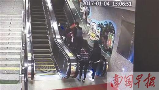 多人乘坐地铁扶梯摔伤凸显地铁管理短板