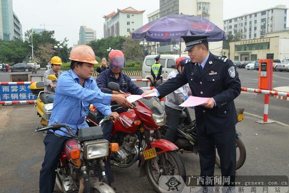 110宣传日最后一班岗老民警向新警交接