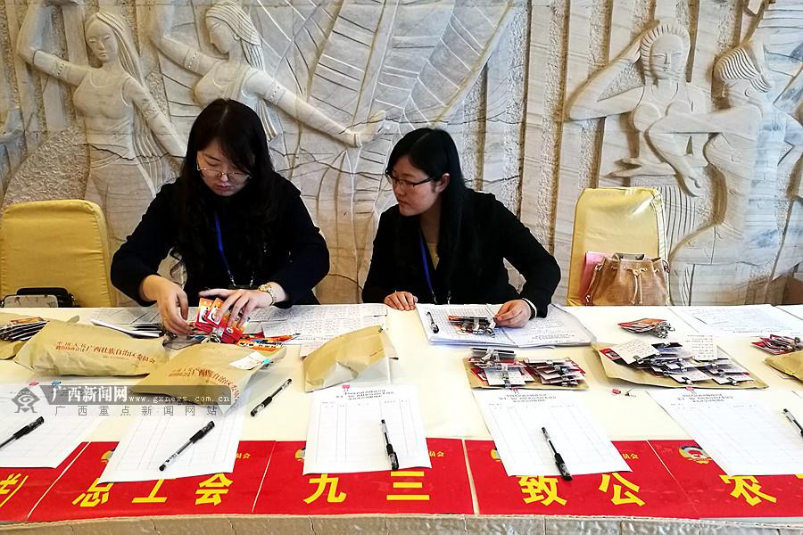 """高清:代表委员陆续报到 广西进入""""两会""""时间"""