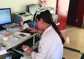 生病女医生头顶输液袋上班
