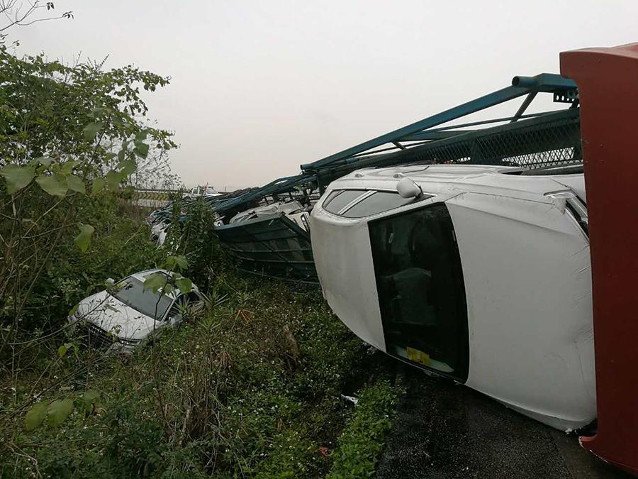 背车在高速路侧翻 总价值800万元的16辆新车遭殃