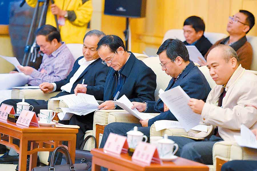 钦州市代表团代表认真审议政府工作报告
