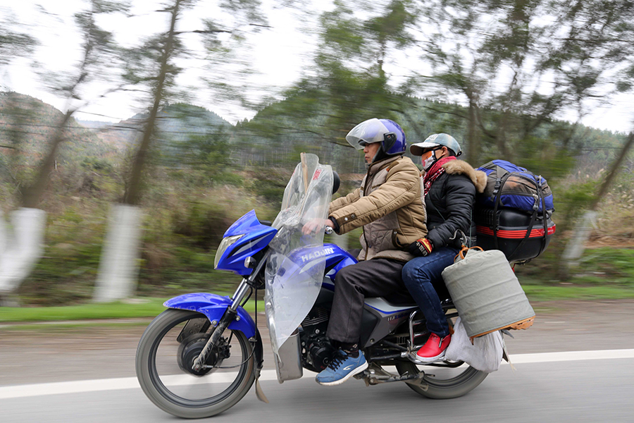 【春运表情】农民工长途驾铁骑返乡