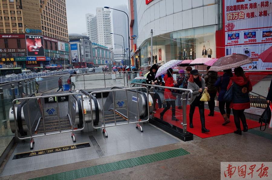 南宁:一些地铁出入口 为何不安装雨棚