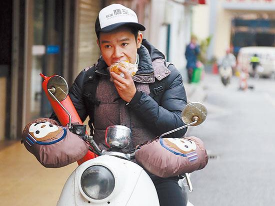 春节临近帮买对联土特产 代购年货跑腿小哥忙坏了