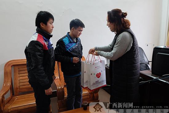 公益助学授人以渔 福彩助学走进宾阳中学