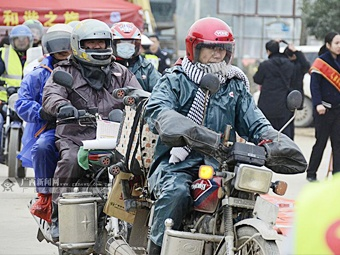 """迎摩骑高峰 """"归乡人""""驾驶摩托车返乡"""