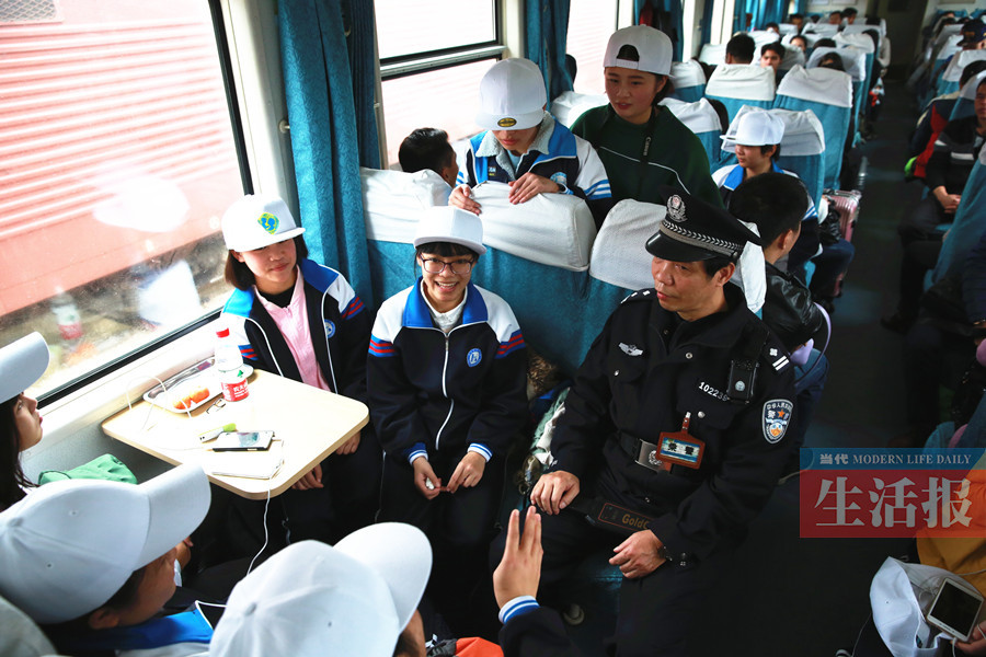 奔波在边境列车上的老乘警:巡乘下来总是一身大汗