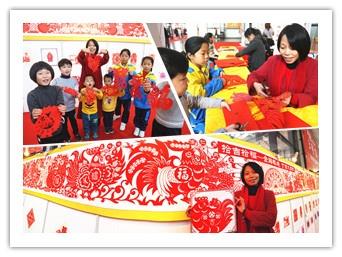 21日焦点:女子10米剪纸长卷描绘红火年