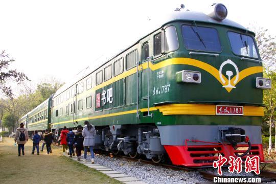 广西一书吧开在绿皮车上  民众登火车看书