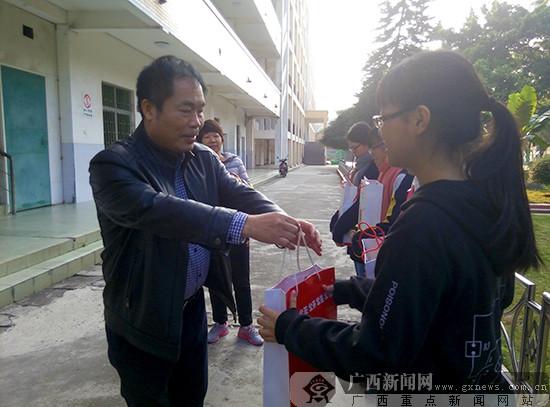 公益金传情暖心 福彩助学行动关怀南宁36中学子