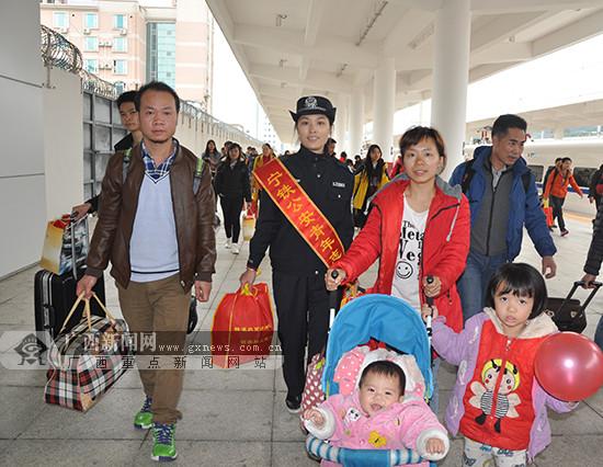 百色:铁警助力务工人员顺利返乡