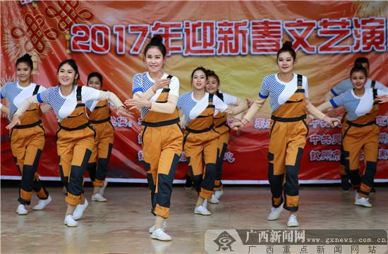 演员在广西灵山县旧州镇那良村表演舞蹈.