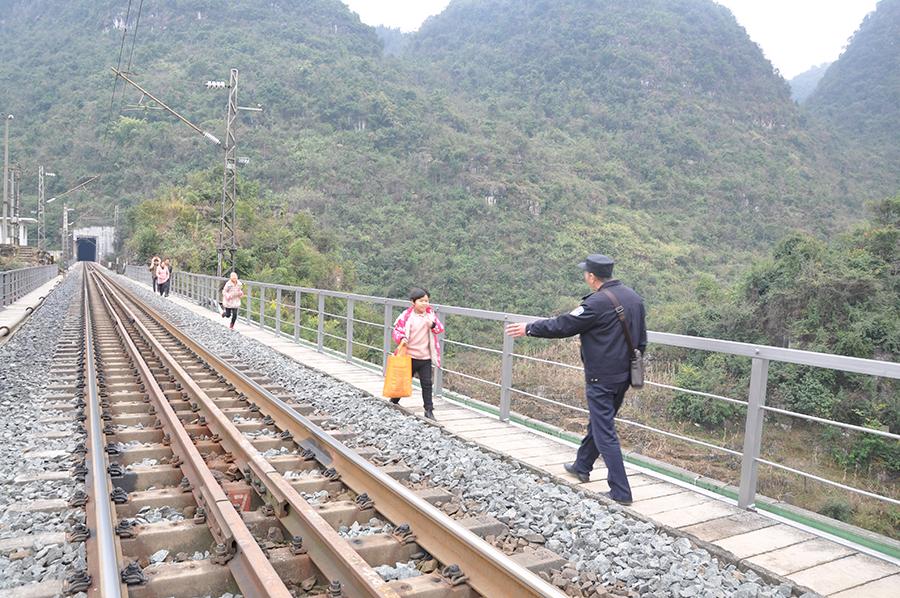 【春运表情】守护铁路桥11年的铁警老杨