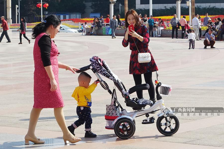 南宁市民携老带幼到民族广场尽享新年的冬日暖阳