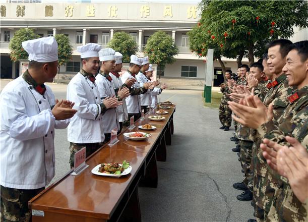"""武警官兵比拼""""家乡菜"""" 大展厨艺欢度新春佳节"""