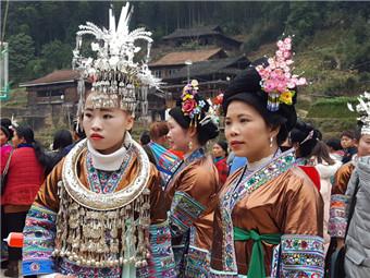 """苗寨里的别样""""赛""""春节 男人斗芦笙女人拼花衣(图)"""
