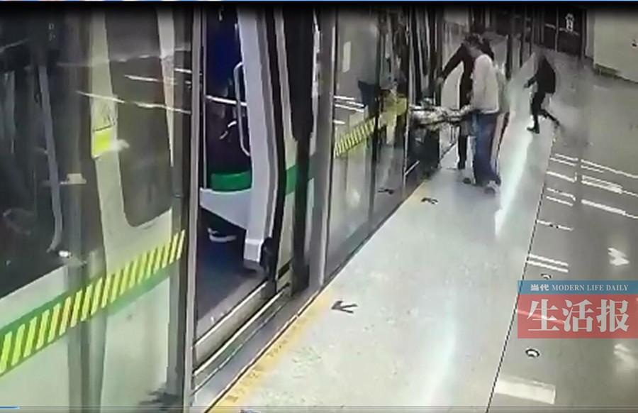 """地铁不文明乘车行为:乘客""""秒抢""""上地铁差点出意外"""