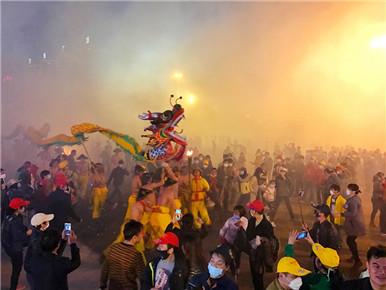 群龙狂舞宾阳城 东方狂欢节开启不眠夜