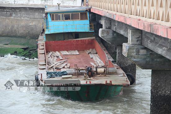 缆绳断裂 北海一失控船舶撞击观光桥(图)
