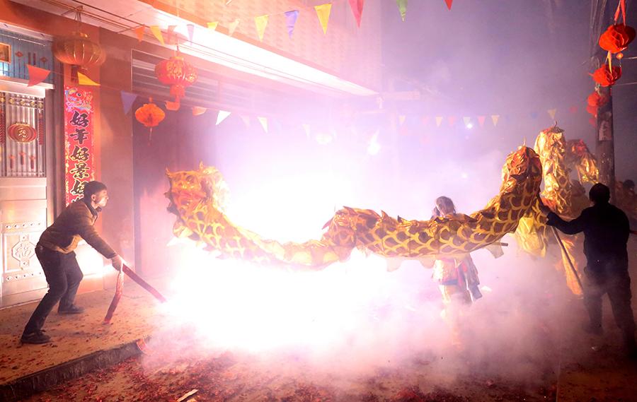 高清:融安县板榄镇群众舞炮龙庆元宵